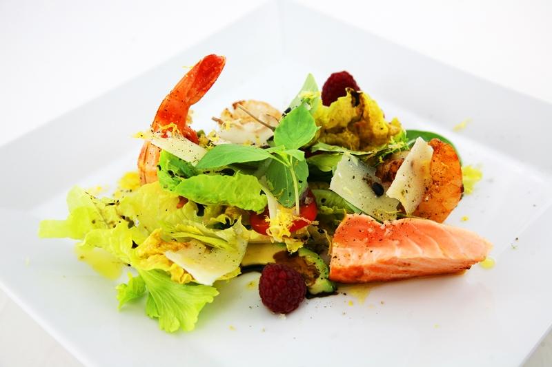 salat mit riesengambas jakobsmuscheln tranchen vom lachs und wassermelone vom grill. Black Bedroom Furniture Sets. Home Design Ideas