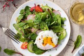 Frühlingssalat mit Quinoa und pochiertem Ei - Weintipp: Rosé