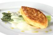 Blätterteigtasche mit grünem Spargel und Bärlauchsabayon - von Michelin-Stern-Koch
