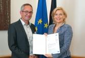 Julia Klöckner überreichte die Urkunde persönlich, im Bild mit Ralph Dejas, Geschäftsführer Ecovin