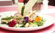 Salat von weißem und grünem Stangenspargel