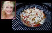 Grillrezept von unserer Leserin Simone Thurau (Foto): Kartoffelpizza mit Schinken und Kräuterdip - aus unseren Gewinnspielen. Für Grills mit Deckel – oder auch im Backofen - dazu ein fruchtiger Weißwein