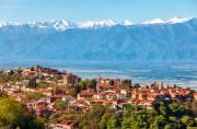 Georgien, das alte Kulturland vor dem Kaukasus: Hier im Vordergrund Signagi mit Blick über das Alazani Tal auf den schneebedeckten Kaukasus. Foto: Alena Birukova, photoaliona-stock.adobe.com