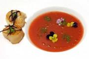 Tomatengazpacho mit gebratenen Jakobsmuscheln