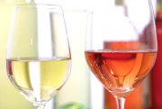 Ein Glas Wein zum Essen kann Magen-Darm-Infekten vorbeugen