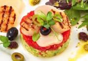 Gegrillte Jakobsmuscheln mit Avocado Salsa Eine wunderbar kühlere mundfüllende Vorspeise - oder für den kleinen Hunger. Foto: Mövenpick, Anne Heußner