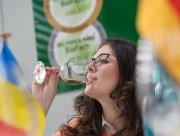 Verkosterin Marinela Vasilica Ardelean beim Internationalen Bioweinpreis Mundus Vini.