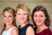 Die aktuelle Weinkönigin Janina Huhn (M.) und Weinprinzessinnen Judith Dorst (l.) und Kathrin Schnitzius präsentieren die neue Kronen, mit denen ihre Nachfolgerinnen am 25. September in Neustadt/Weinstraße gekrönt werden.