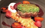 Lammhüfte mit Korianderkruste, Gemüse und warmen Ziegenkäse