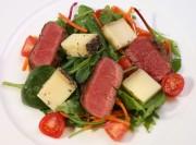 Wildsalat mit Lamm und baskischem Schaftskäse