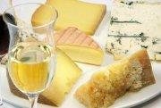 Edelsüßer Wein und Käse