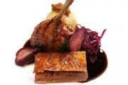 Ente mit Rotkohl, Rotweinbirne und Kartoffelklos, raffiniert mit bitterer Orangenmarmelade