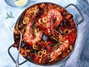 Leckere Meeresfrüchte-Paella mit Garnelen, Muscheln, Calamari