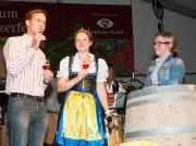 """Schnappschuss vom letzten Winzerfest: Vertreter der """"Generation Pinot"""" moderieren Weine zusammen mit der Markgräfler Weinprinzessin"""