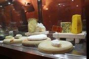 Käseauswahl in einer Enoteca im Piemont: Ein fruchtiger Weißer kann den Genuss oft mehr steigern als ein trockener Roter.