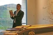 """Roman Niewodniczanski als Pinonier erklärt im """"Tower"""" des neuen Kellereigebäudes seines VDP Weinguts Van Volxem / Saar an Hand historischer Weinkarten wie wertgeschätzt leichte Mosel waren - aus gutem Grund. Foto: bonvinitas"""