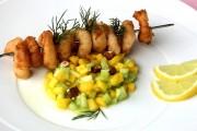 Garnelen im Prosecco-Teig mit Mango-Gurken-Salsa. Foto: Karen Vogelsang