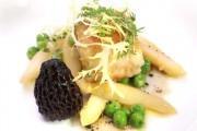 Kabeljau mit weißem Spargel, Erbsen und Frühlingsspitzmorcheln - Rezept von Douce Steiner, zwei Michelin-Sterne - hohe Küche - nicht schwer zu machen. Super mit einem gereifteren trockenen Riesling oder Grauburgunder