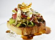 Geröstetes Toastbrot mit Avocado-Mayonnaise und rosa gebratenen Kalbsrücken