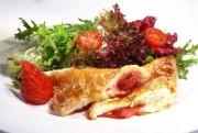 Erdbeerpastetchen mit Salat - prima mit einem fruchtigen nicht zu süßen Wein, wie Müller-Thurgau, Bacchus oder Muskateller