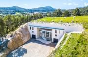 Von Schwarzkopf Haarkosmetik zur Finca Can Axartell auf Mallorca. Hier die Bodega: vier Stockwerke in einen alten Steinbruch gebaut - Weinproduktion nur mit natürlichem Falldruck