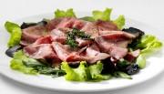 Leckere, leichte Vorspeise: Roastbeef mit Kräutern