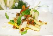 Marinierter Spargel mit Tomatenvinaigrette, Basilikum und Parmesan