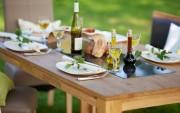 Den Sommerwein gemütlich draußen genießen - Tipps für die schöne Atmosphäre im Garten, Balkon oder auf der Terrasse. Foto: contrastwerkstatt - stock.adobe.com