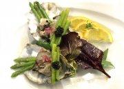 Pochierte Sylter Auster mit Sevruga-Kaviar, grünem Thai-Spargel und Schalotten-Vinaigrette
