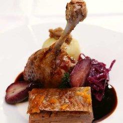Ente mit Rotkohl, Rotweinbirne und Kartoffelklos mit Bröselschmelze – kreiert von Sascha Lenz, Scheck-IN Kochfabrik