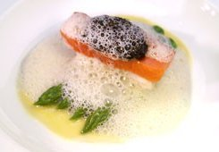 Filet vom geangelten Lofoten Kabeljau mit Osietra Malossol Kaviar auf Tranche vom geräucherten Lachs.