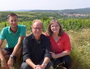 Weingut Brenneis-Koch in Bad Dürkheim: Matthias Koch (Mitte) und Verena Suratny, links der Meisterschüler Matthias Dörrlamm. Foto: PR