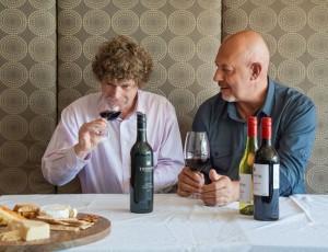 Winemaker Peter Gajewski (rechts) sowie Phil Reedman, Master of Wine, der das Weingut berät. Foto: Cocoon Studio