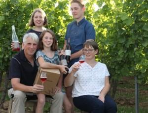 Weingut-Weinhaus Winkler: ökologischer Weinbau und sehr gute Weine aus PIWI-Sorten – pilzwiderstandsfähige. Andreas Winkler mit Stefanie Winkler-Braun und Kindern.