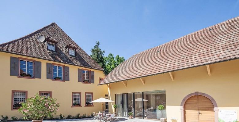 Weingut Freiherr von Gleichenstein in Oberrotweil/Kaiserstuhl - Blick in den Hof mit Vinothek. Foto: Benjamin Doerr