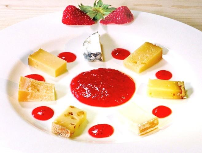 Käse mit frischem Erdbeermus - eine Delikatesse mit einem edelsüßen Wein