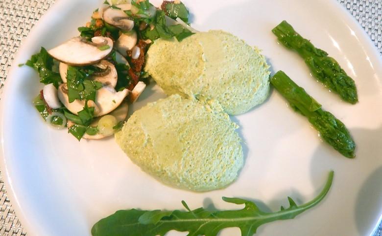 Spargel einmal anders! Grüne Spargelmousse mit Champignonsalat - leckeres Rezept und leicht zu machen. Sehr schön dazu: ein Silvaner trocken