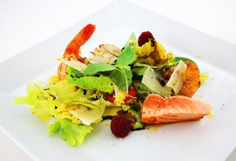 Salat mit Riesengambas, Jakobsmuscheln, Tranchen vom Lachs und Wassermelone vom Grill
