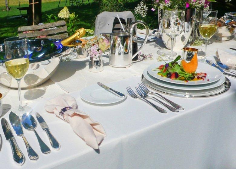 Der schön gedeckte Tisch mit Porzellan und Silber – auch auf der Terrasse. Foto: Robbe & Berking