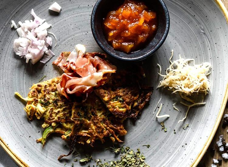 Gesund und lecker: Karotten-Sellerie-Paprika-Laiberl mit Schinken