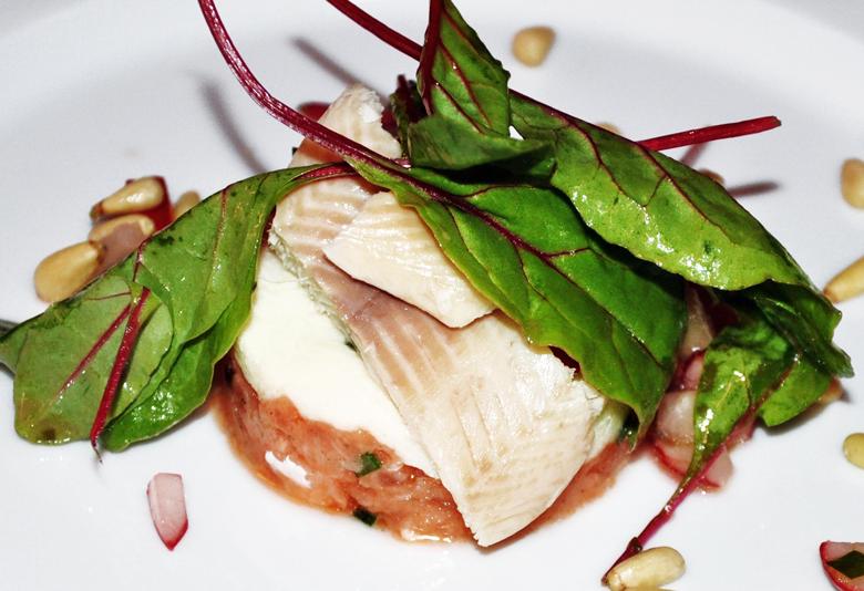 Lachstartar mit feiner Räucherfischmousse auf Radieschen-Gurkensalat