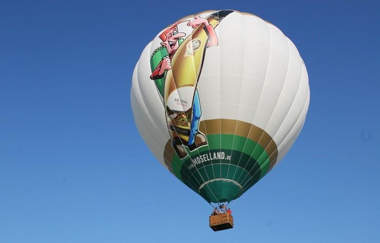 Neu von der Moselland Winzergenossenschaft: Der Steillagenheld Riesling feinherb – mit Werbung per Heißluftballon
