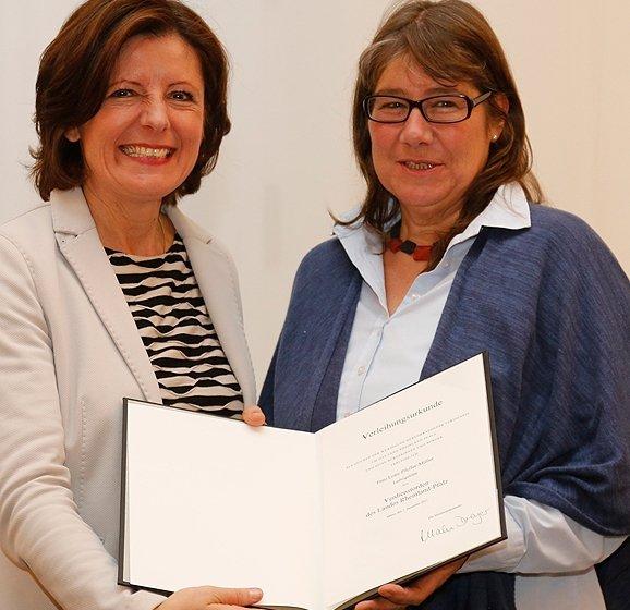 Lotte Pfeffer-Müller (rechts) bei der Übergabe der Auszeichnung mit Ministerpräsidenten Malu Dreyer.