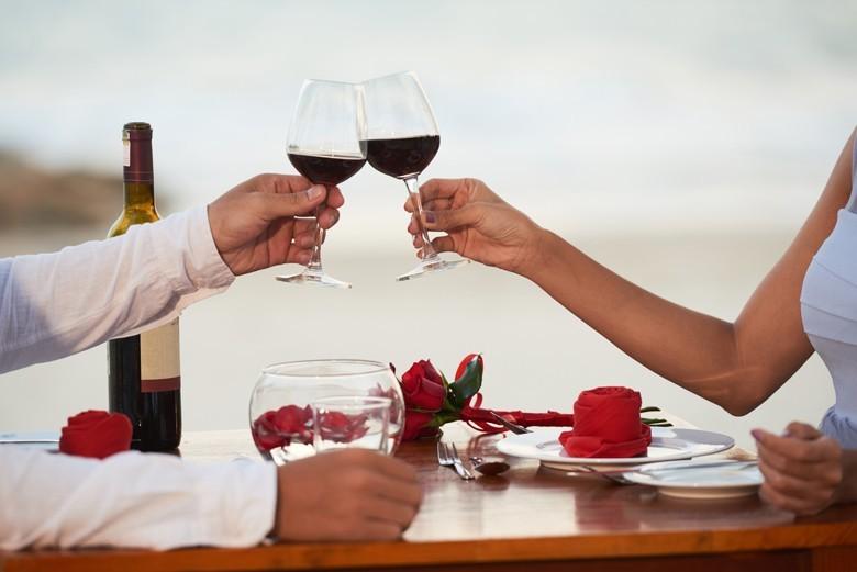 """Valentinstag: Dinner der Liebe mit gutem Wein schön ausgehen - oder """"Er"""" kocht einmal für """"Sie""""?"""