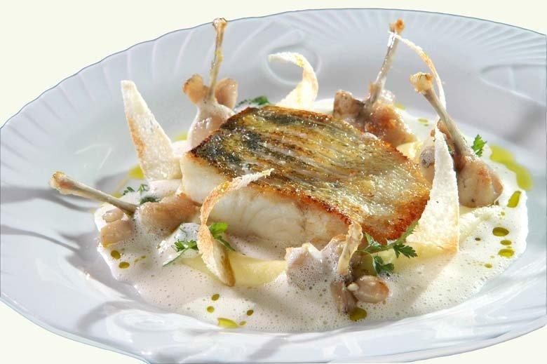 Zander mit Froschschenkel gebraten  auf Kartoffel-Knoblauchpüree