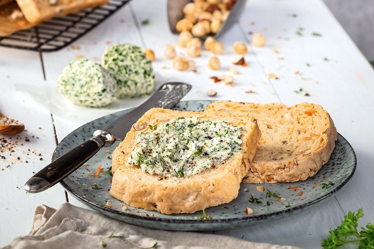 Karotten-Nuss-Brot mit Bärlauch-Butter, kräftiger Frühlingssnack mit Bärlauch und Brotbackrezept. Weintipp: dazu ein kräftiger Wein