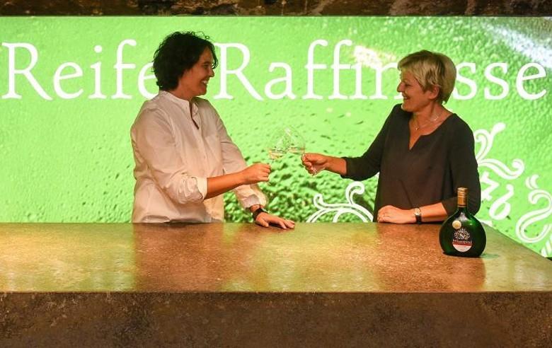 Weingut Juliusspital Würzburg neue Verkaufsleitung: Tanja Strätz (links) folgt auf Kordula Geier