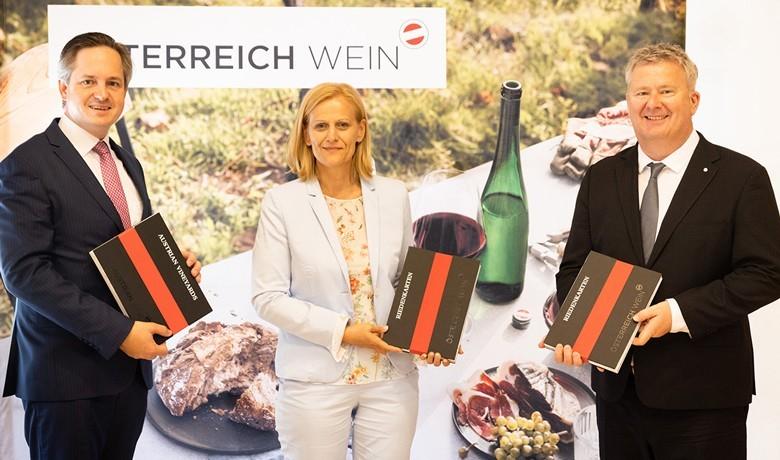 Bei der Vorstellung  des digitalen Weinatlas Österreich: (v.l.n.r.) Johannes Schmuckenschlager (Präsident Österreichischer Weinbauverband), Susanne Ertler-Staggl (Projektleitung ÖWM), Chris Yorke (Geschäftsführung ÖWM); Foto: ÖWM / Anna Stöcher