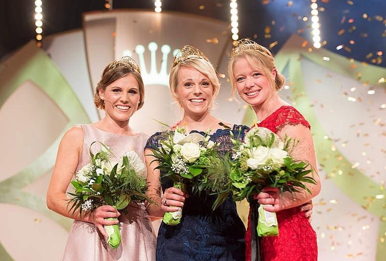 Die neue Deutsche Weinkönigin Katharina Staab (Mitte) eingerahmt von den Prinzessinnen Laura Lahm (links) und Charlotte Freiberger.