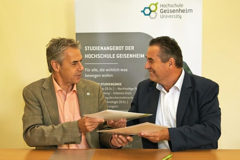 Prof. Dr. Hans Reiner Schultz, Präsident der Hochschule Geisenheim (links) und  Dr. Josef Schuller MW, Geschäftsführer der Weinakademie Österreich beim Austausch der Urkunden.